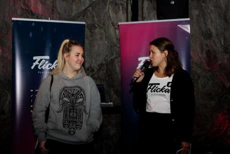 Foto: Tora Pleje till vänster och Liinu Diaz Rämö till höger. Står på en scen