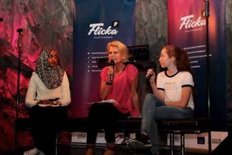 Foto: Ebtisam Et, Åsa Regnér och Nikki Hanseblad sitter på en bänk på scenen.